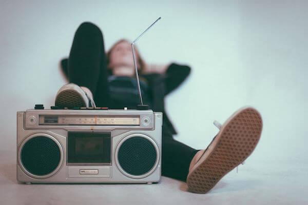 Laute Nachbarn: Person mit lauter Musik