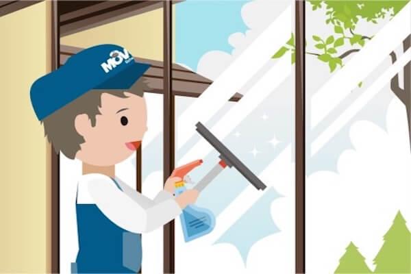 Person reinigt die Fenster