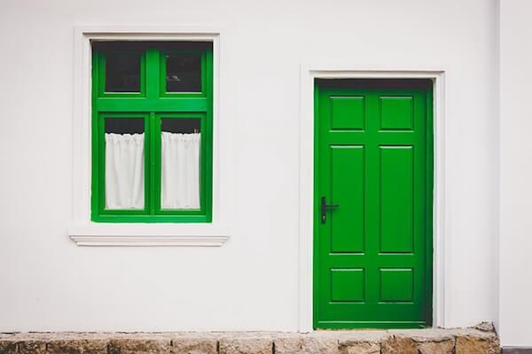 Haus mit geschlossener Türe
