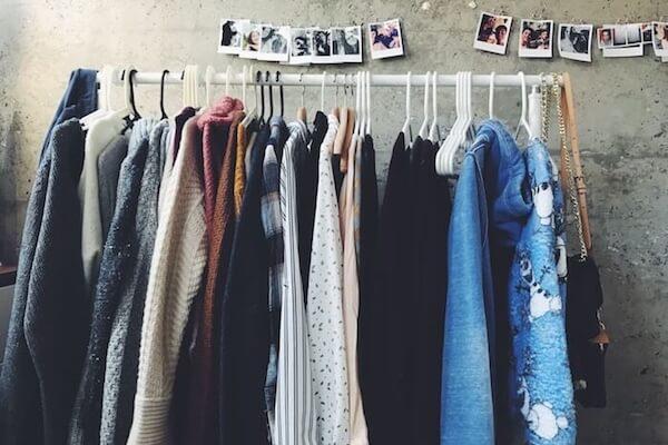 Kleider am Kleiderhaken ist eine clevere Idee für den Umzug