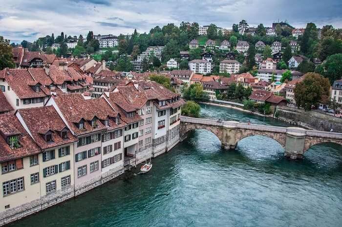 Wunderschöne Aussicht auf Bern, die alten Häuser und den Fluss