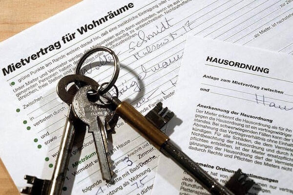 Rental agreement with house keys
