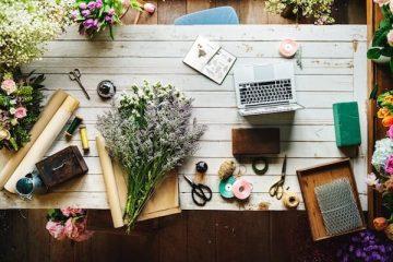 Sommerdekoration auf einem Holztisch