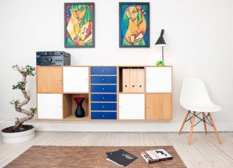 Ein Wohnzimmer mit Bildern an der Wand