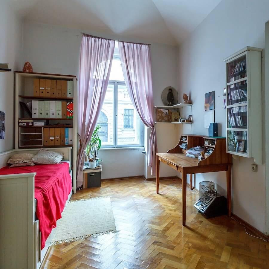 Schlafzimmer mit Regal