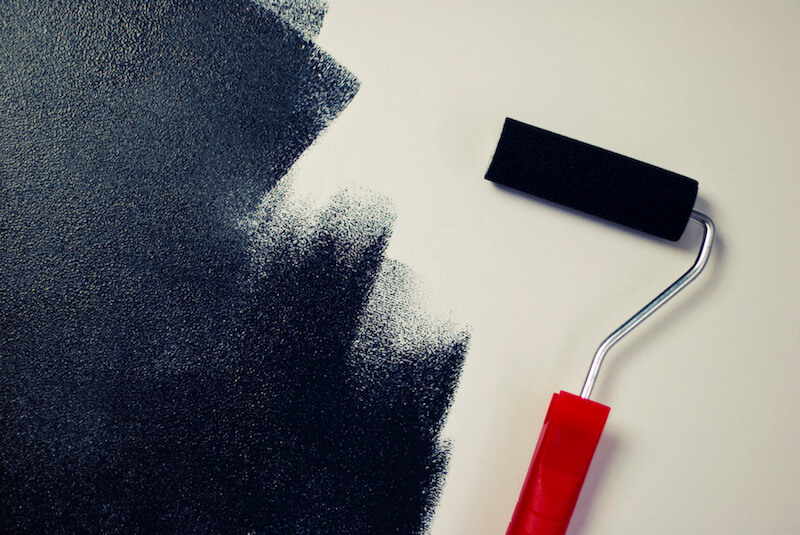 Wand, die mit dunkler Farbe gestrichen wird