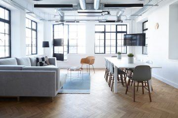 Wohnzimmer mit Couch und Esstisch