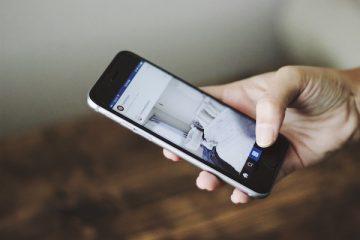 Ein Handy mit einem Foto von einem WG Zimmer