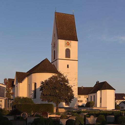 Sicht auf die Pfarrkirche St. Adelrich in Freienbach.