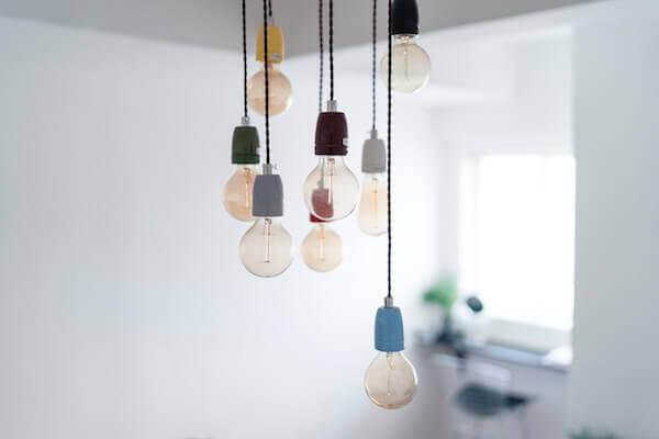 Installez des lampes - plusieurs lampes sont suspendues au plafond